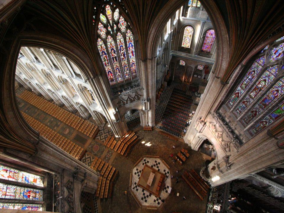 Centralny octagon (pod dachem), rozciąga się na całą szerokość gotyckiej budowli i jej wieży
