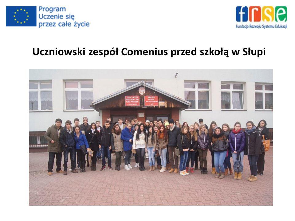 Uczniowski zespół Comenius przed szkołą w Słupi