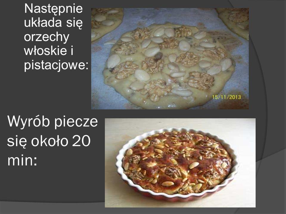 Wyrób piecze się około 20 min: Następnie układa się orzechy włoskie i pistacjowe: