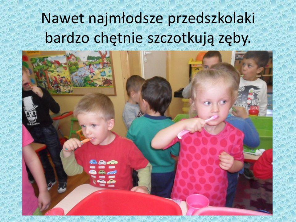 Nawet najmłodsze przedszkolaki bardzo chętnie szczotkują zęby.