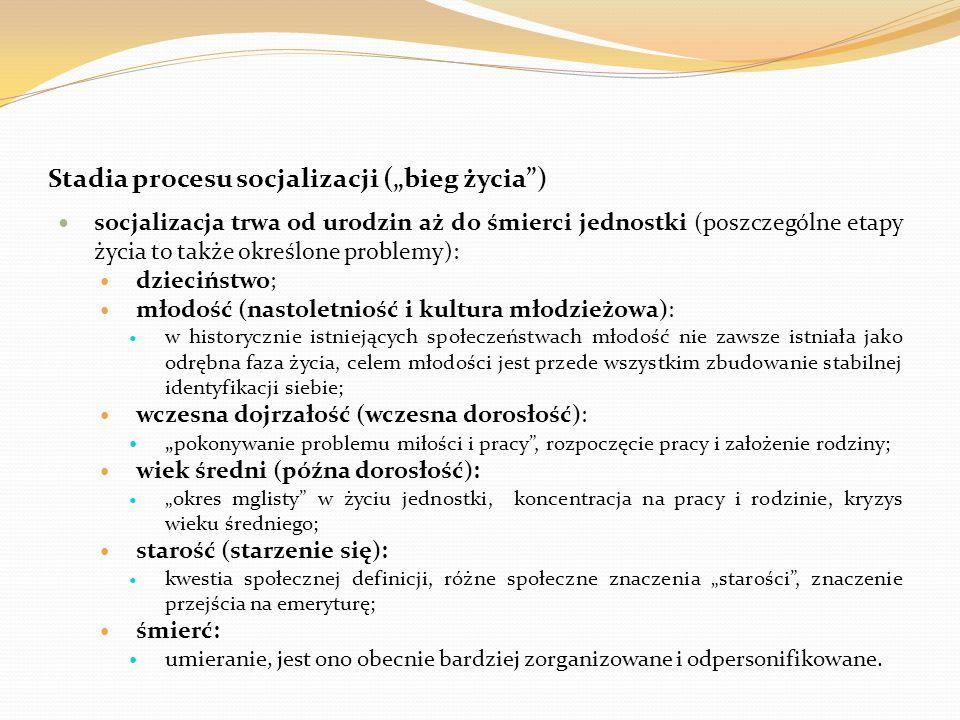 """Stadia procesu socjalizacji (""""bieg życia"""") socjalizacja trwa od urodzin aż do śmierci jednostki (poszczególne etapy życia to także określone problemy)"""