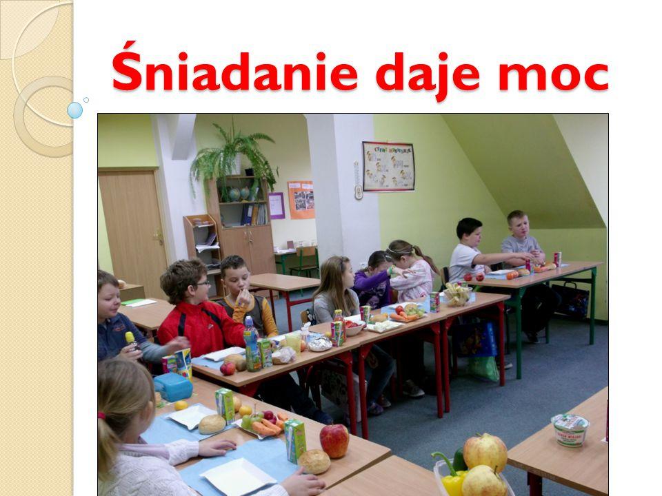 W naszej klasie tradycją jest jedzenie śniadania na pierwszej lekcji, ponieważ wyjeżdżamy i wychodzimy z domu bardzo wcześnie.