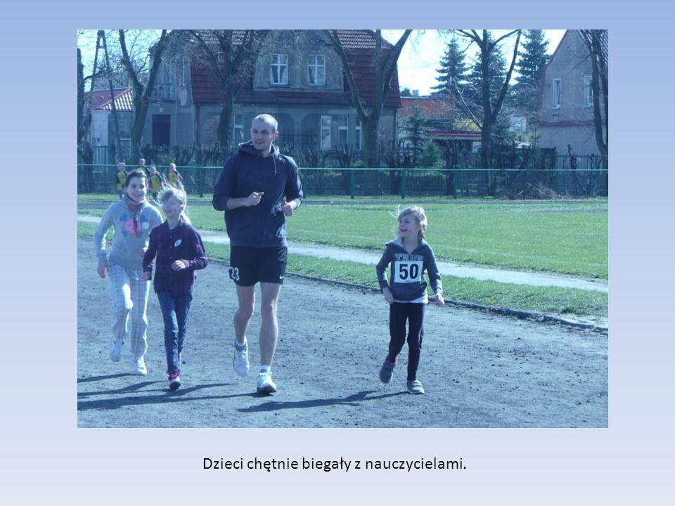Dzieci chętnie biegały z nauczycielami.