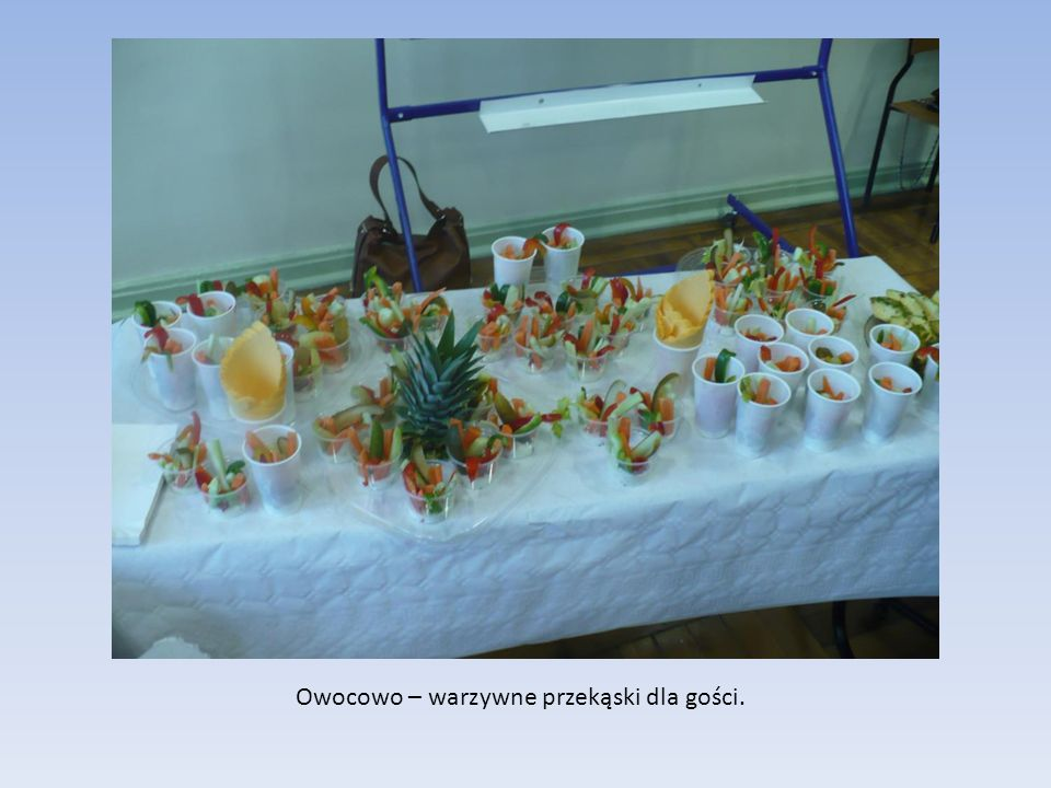 Owocowo – warzywne przekąski dla gości.