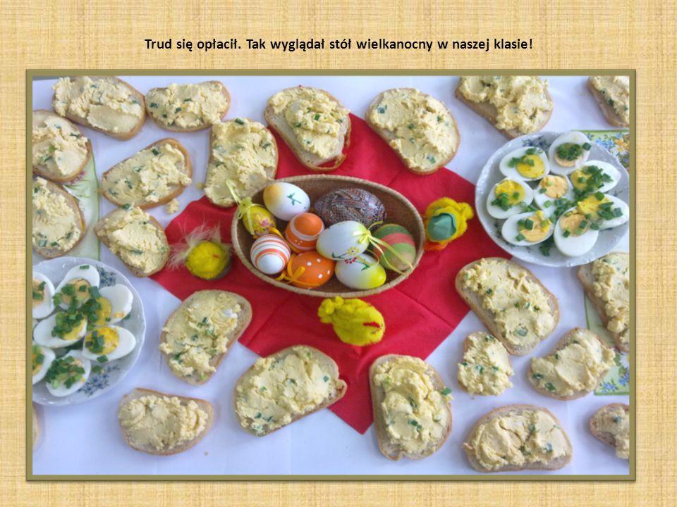 Dziewczynki miksują część jajek na pastę jajeczną, potem mieszają z masłem i szczypiorkiem.