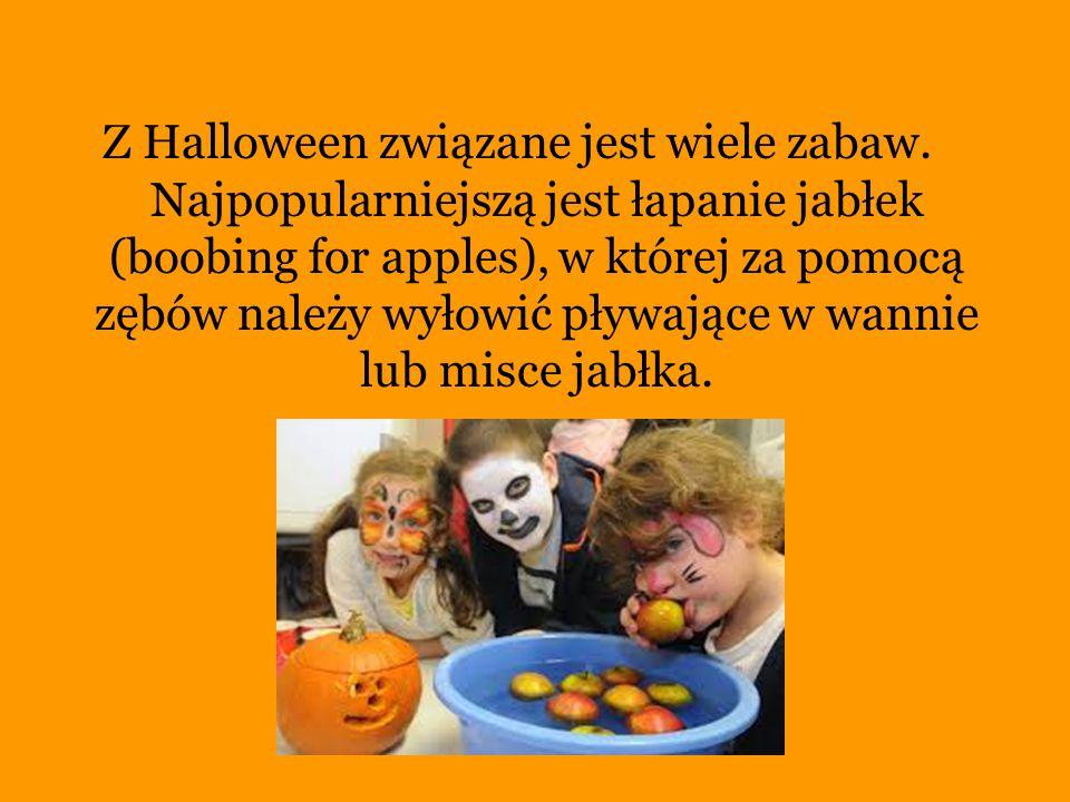 Z Halloween związane jest wiele zabaw. Najpopularniejszą jest łapanie jabłek (boobing for apples), w której za pomocą zębów należy wyłowić pływające w