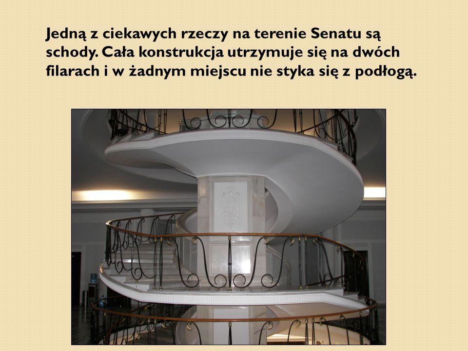Jedną z ciekawych rzeczy na terenie Senatu są schody. Cała konstrukcja utrzymuje się na dwóch filarach i w żadnym miejscu nie styka się z podłogą.