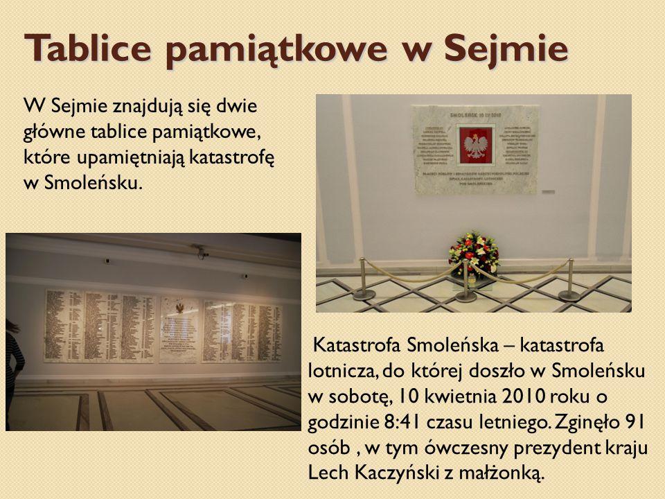 Tablice pamiątkowe w Sejmie W Sejmie znajdują się dwie główne tablice pamiątkowe, które upamiętniają katastrofę w Smoleńsku.