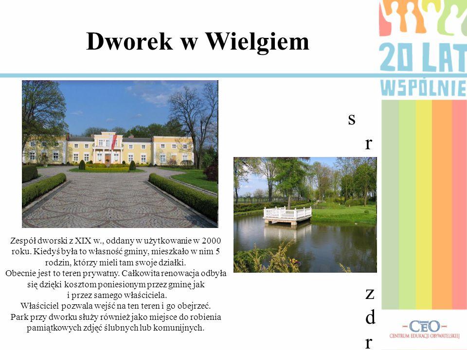 Zespół dworski z XIX w., oddany w użytkowanie w 2000 roku. Kiedyś była to własność gminy, mieszkało w nim 5 rodzin, którzy mieli tam swoje działki. Ob