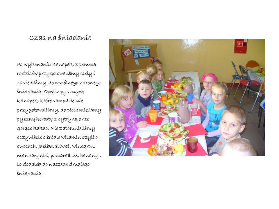 Czas na ś niadanie Po wykonaniu kanapek, z pomoc ą rodziców przygotowali ś my stoły i zasiedli ś my do wspólnego zdrowego ś niadania.