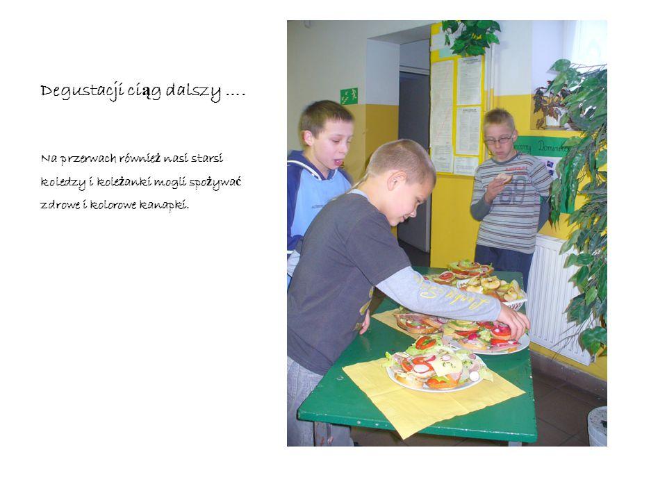 Degustacja Wszyscy uczniowie klasy czwartej bardzo ch ę tnie skosztowali nasze zdrowe kanapki, dla ka ż dego obowi ą zkowo był owoc!