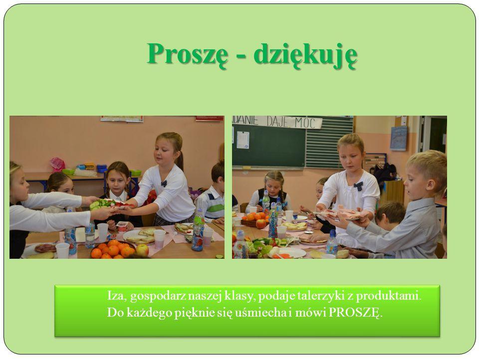 Proszę - dziękuję Iza, gospodarz naszej klasy, podaje talerzyki z produktami.