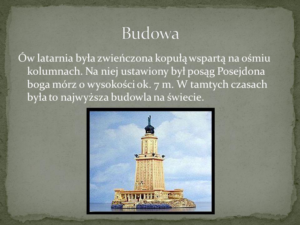 Ów latarnia była zwieńczona kopułą wspartą na ośmiu kolumnach. Na niej ustawiony był posąg Posejdona boga mórz o wysokości ok. 7 m. W tamtych czasach