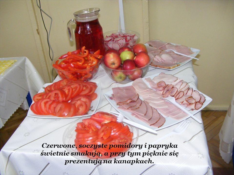 Czerwone, soczyste pomidory i papryka świetnie smakują, a przy tym pięknie się prezentują na kanapkach.