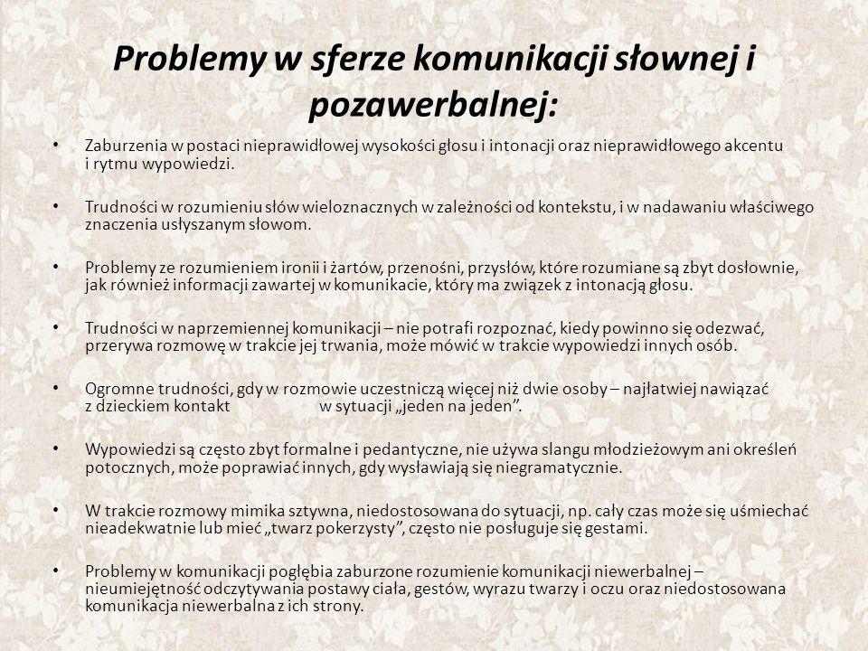Problemy w sferze komunikacji słownej i pozawerbalnej: Zaburzenia w postaci nieprawidłowej wysokości głosu i intonacji oraz nieprawidłowego akcentu i rytmu wypowiedzi.