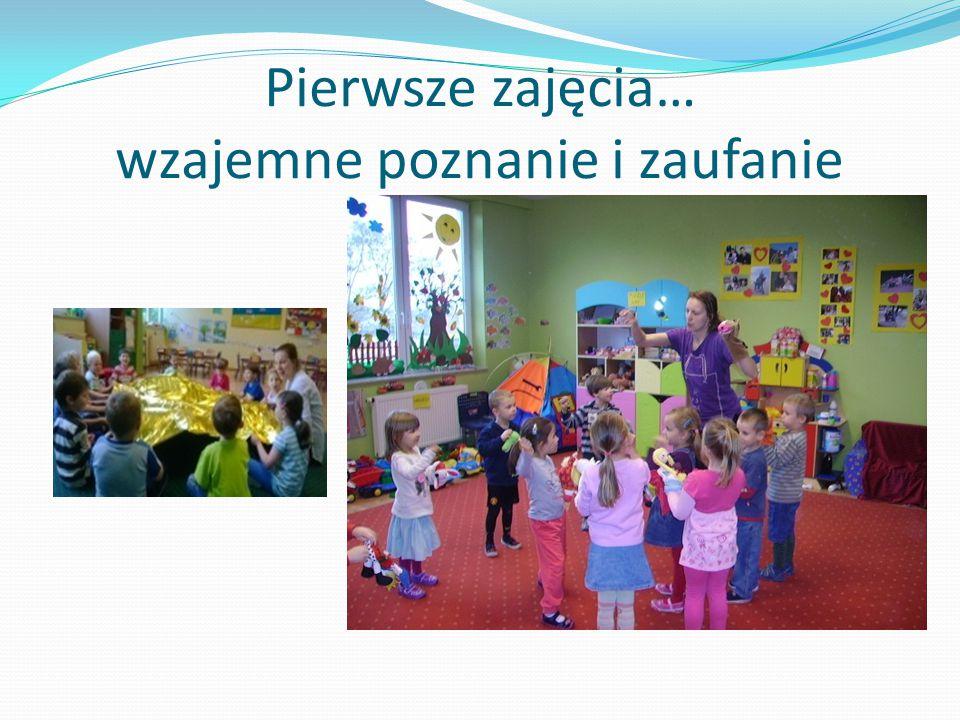 Dzieci bawią się w teatr… Zaufanie do prowadzącego zajęcia jest istotną sprawą w edukacji, nie tylko teatralnej.