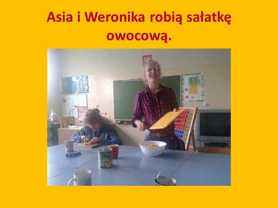 Asia i Weronika robią sałatkę owocową.