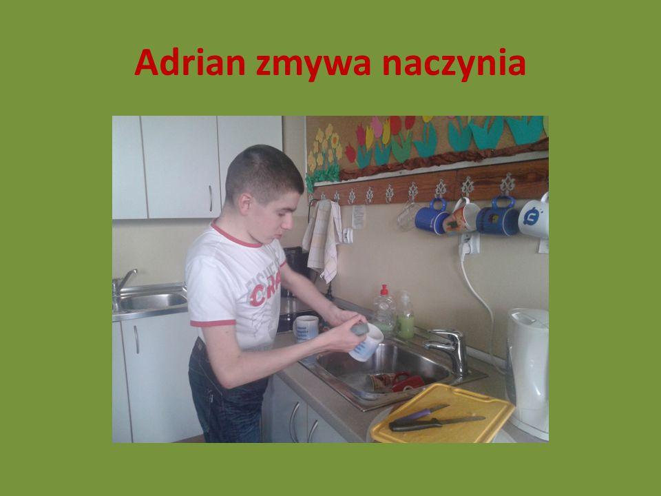 Adrian zmywa naczynia