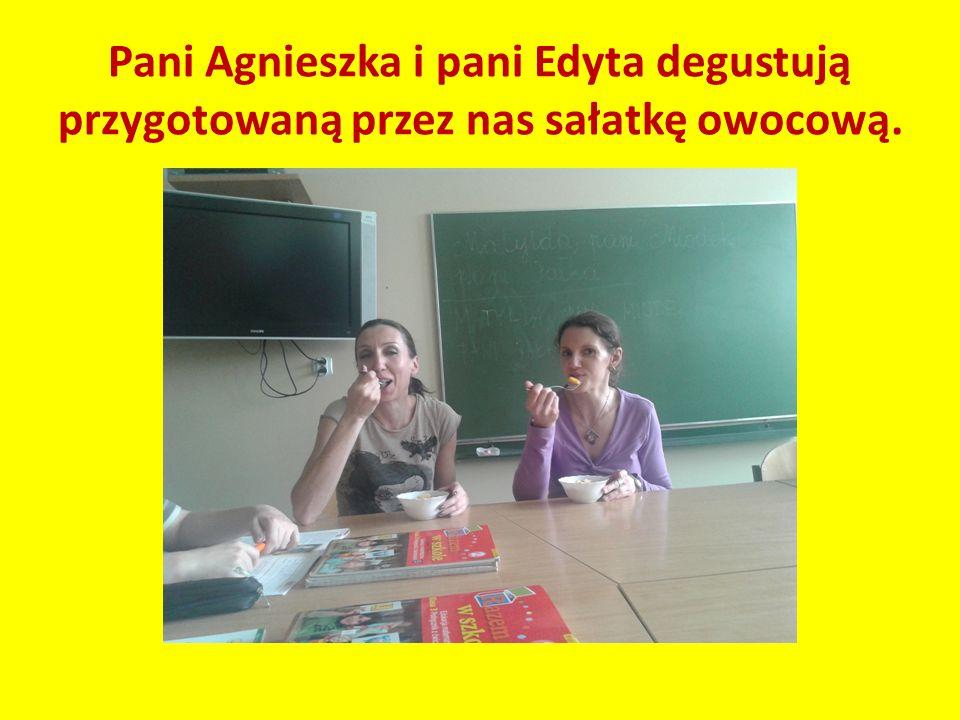 Pani Agnieszka i pani Edyta degustują przygotowaną przez nas sałatkę owocową.