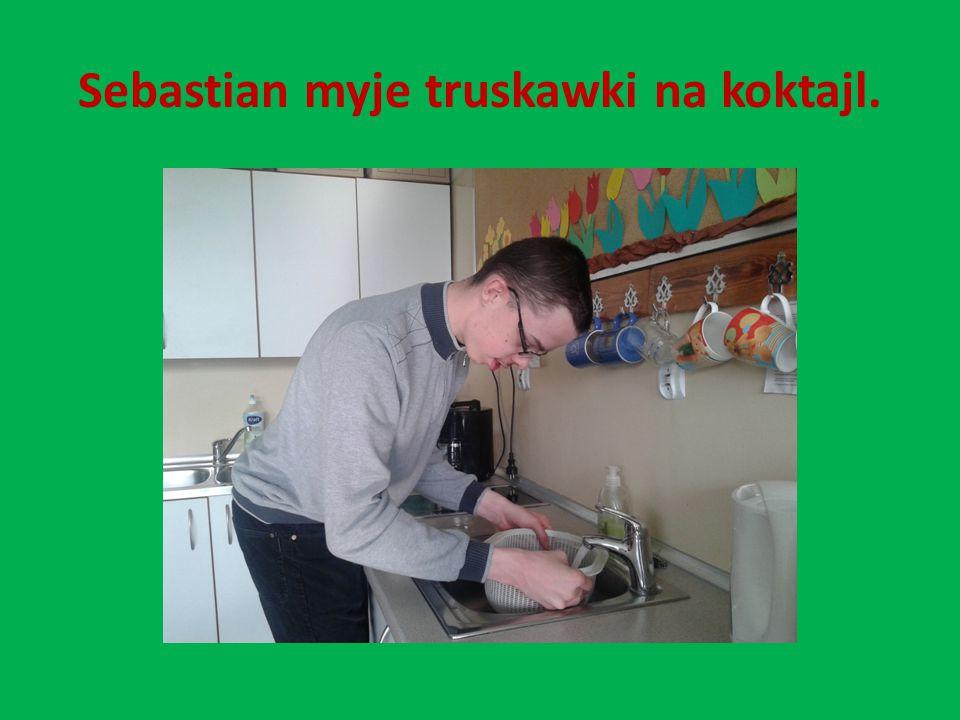 Sebastian myje truskawki na koktajl.