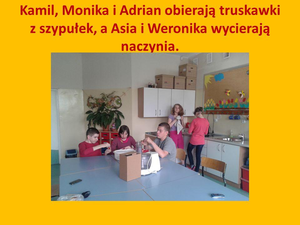 Kamil, Monika i Adrian obierają truskawki z szypułek, a Asia i Weronika wycierają naczynia.