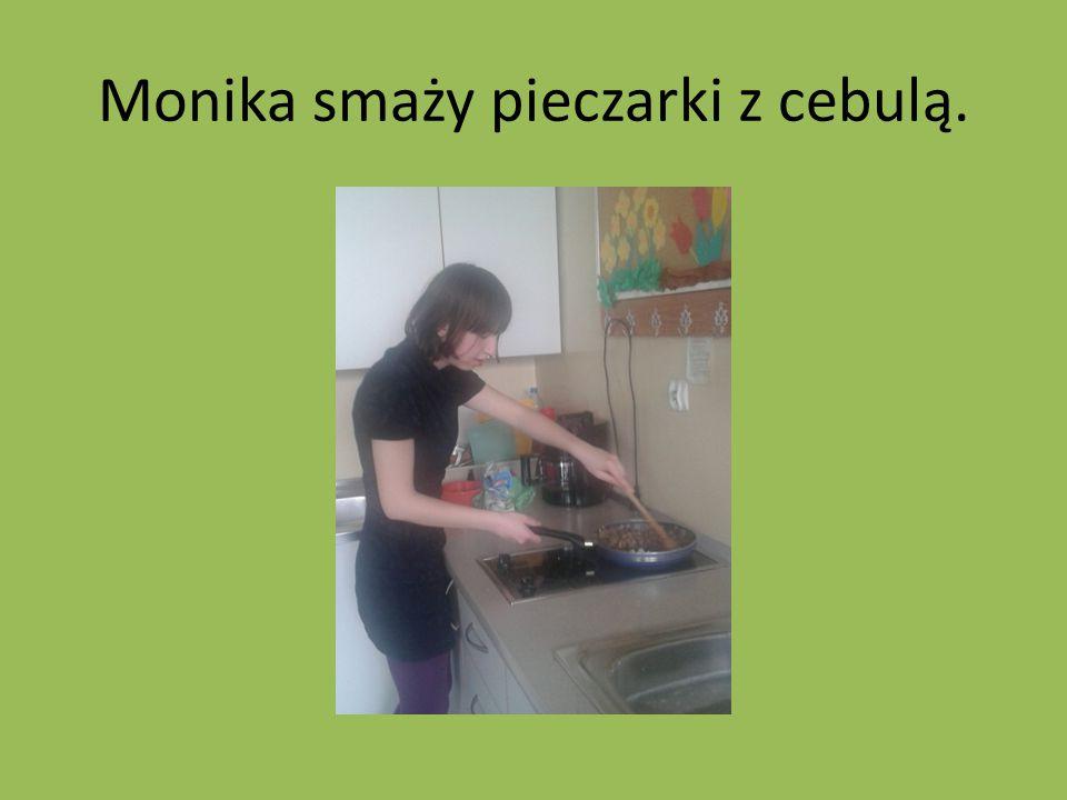 Monika smaży pieczarki z cebulą.