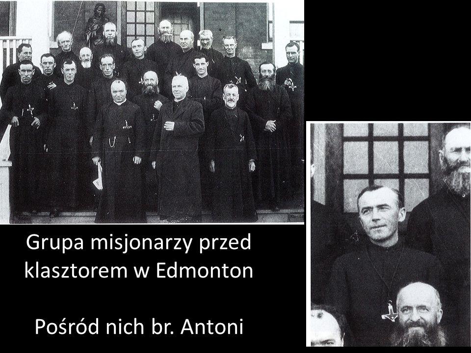 Grupa misjonarzy przed klasztorem w Edmonton Pośród nich br. Antoni