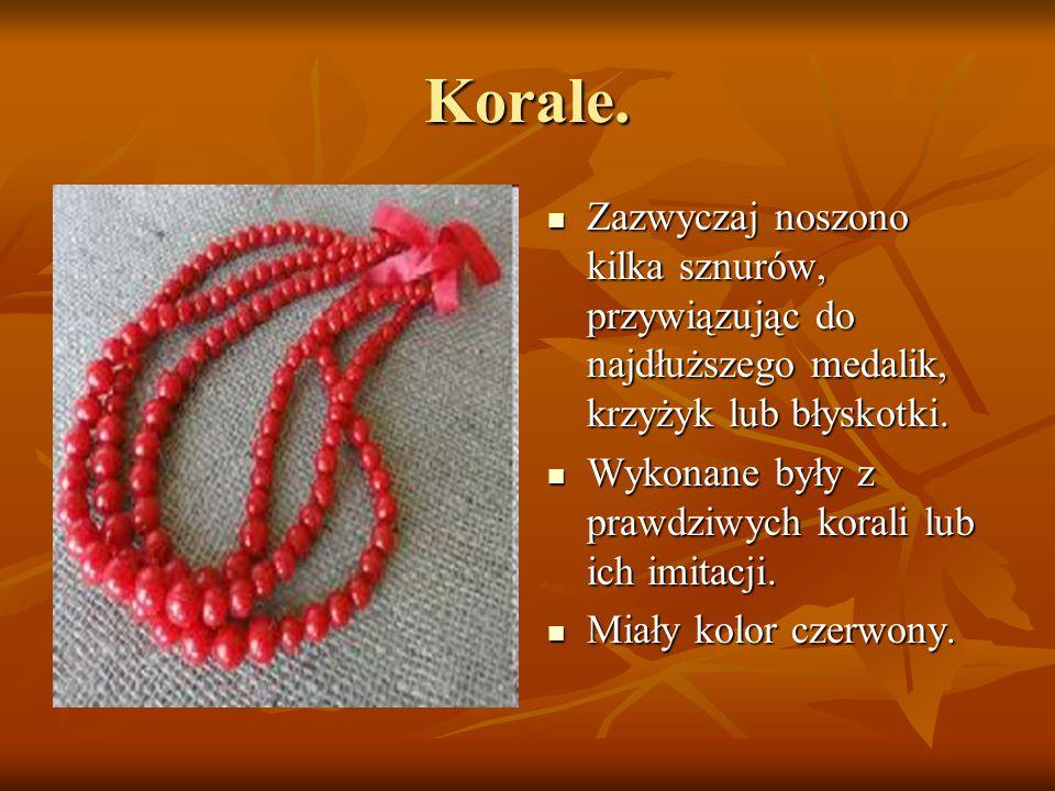 Korale. Zazwyczaj noszono kilka sznurów, przywiązując do najdłuższego medalik, krzyżyk lub błyskotki. Zazwyczaj noszono kilka sznurów, przywiązując do