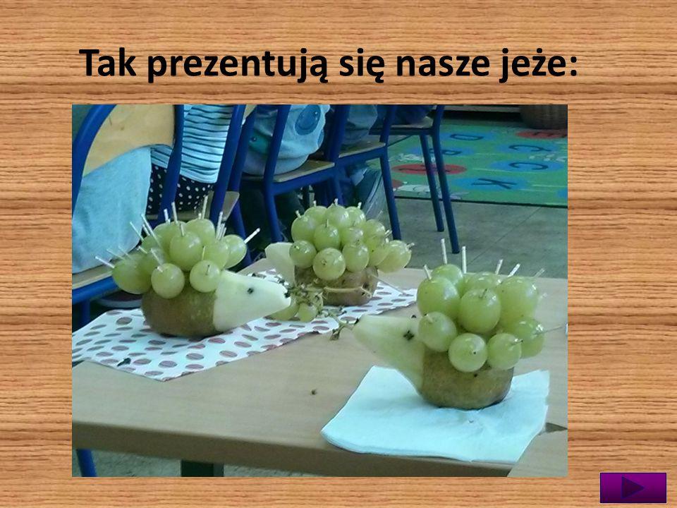 Z mamą Miłosza robimy owocowe jeżyki z gruszek i winogron.