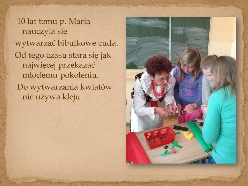 10 lat temu p. Maria nauczyła się wytwarzać bibułkowe cuda.