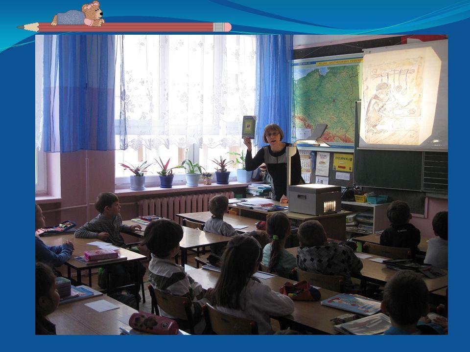 Z okazji obchodów Dnia Nauczyciela dzieci z przedszkola wspólnie z uczniami szkoły podstawowej zaprezentowały piękny występ artystyczny.
