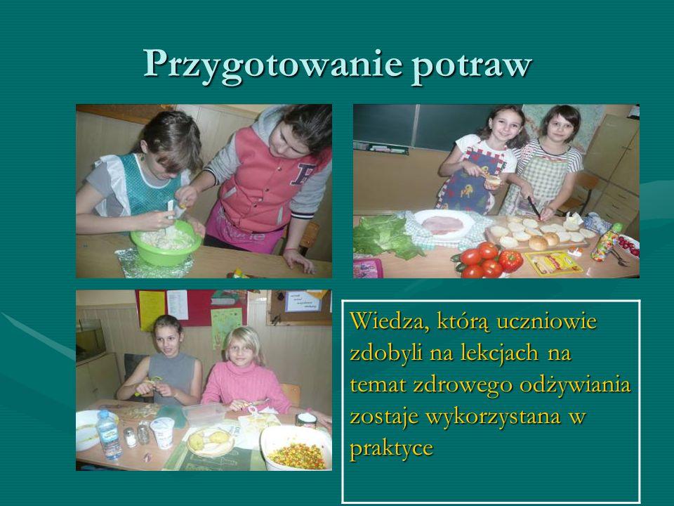 Dzieci podczas pracy z plakatami