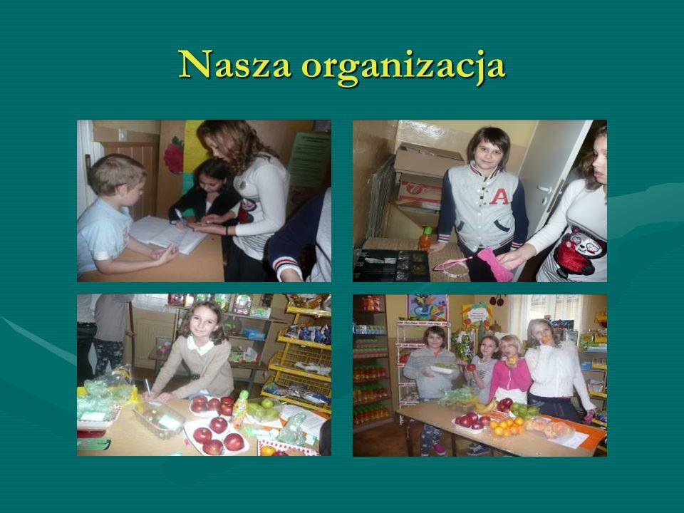 Nasza praca codzienna Agatka i Kasia układają towar, Julia robi porządki