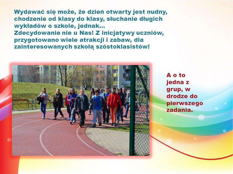 Każdej grupie, został przydzielony opiekun (jeden z naszych licealistów), który oprowadzał ich po szkole i przedstawiał kolejne zadania.