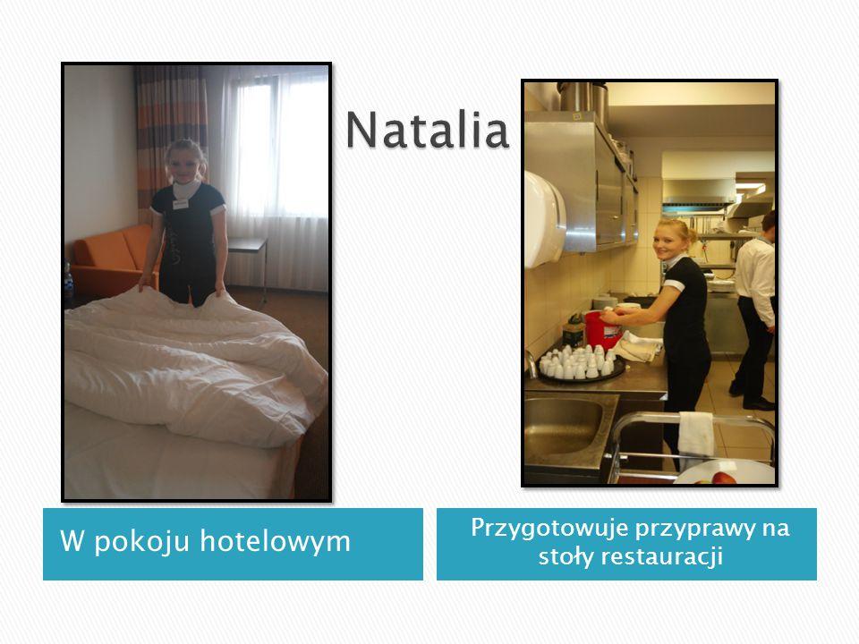 W pokoju hotelowym Przygotowuje przyprawy na stoły restauracji