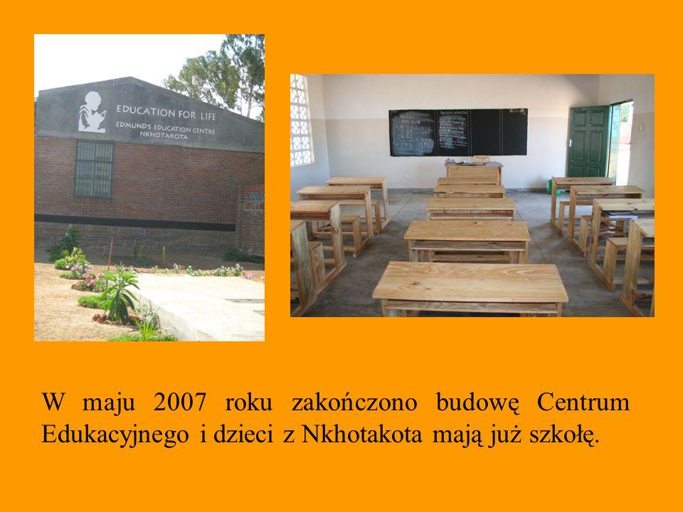 W szkole uczy się około 300 dzieci w wieku od 3 do 10 lat.