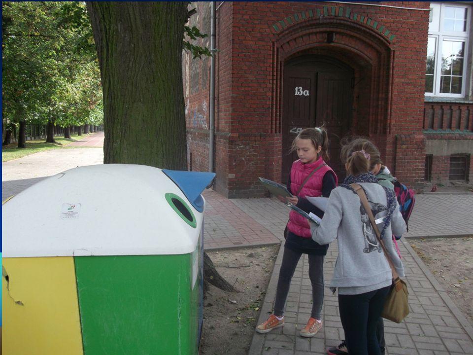 Te pojemniki znajdują się na ulicy Solskiego (przy szkole).