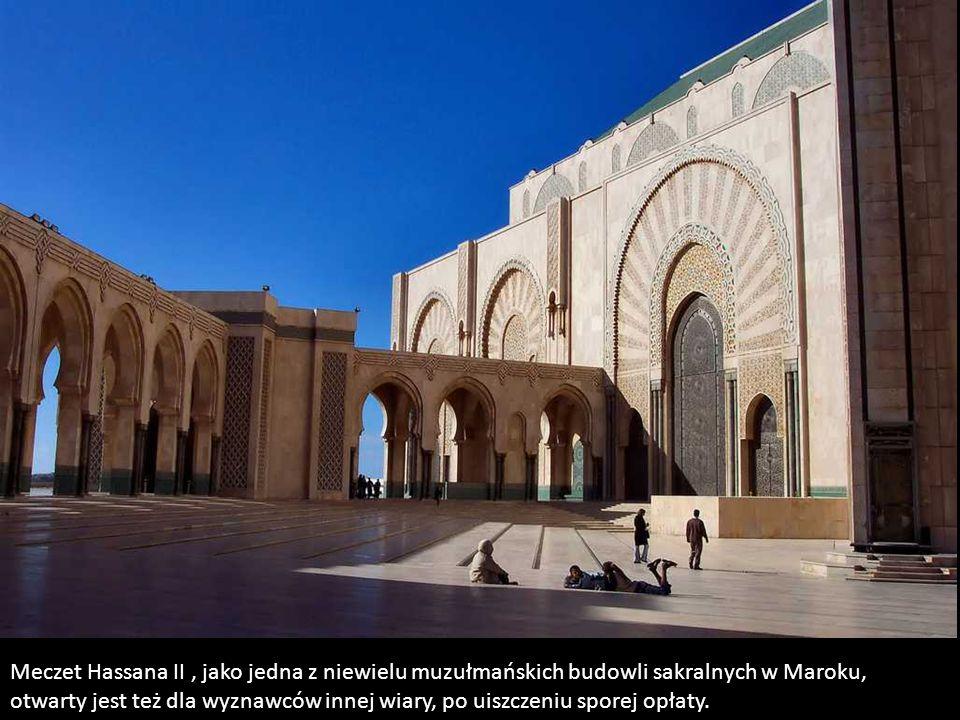 Meczet jest darem narodu marokańskiego dla króla Hassana II. Został oddany w 1993r. Jego budowa kosztowała 750 mln dolarów. Fundusze zbierane były w s