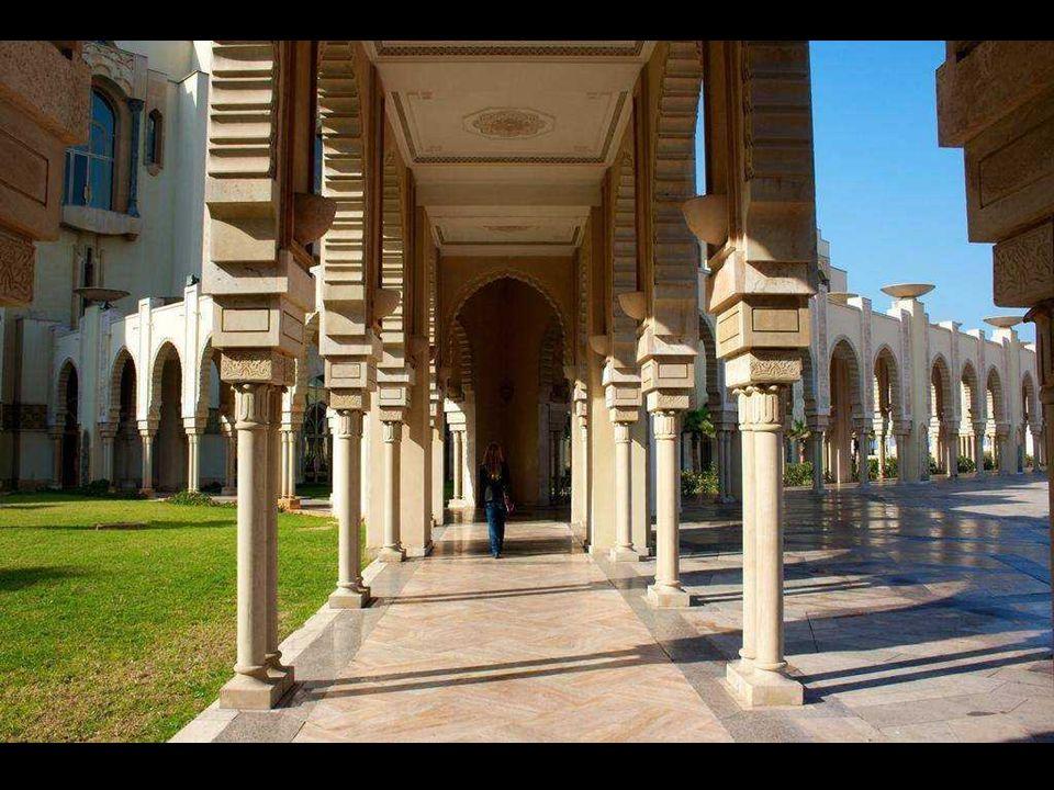 Meczet Hassana II, jako jedna z niewielu muzułmańskich budowli sakralnych w Maroku, otwarty jest też dla wyznawców innej wiary, po uiszczeniu sporej o
