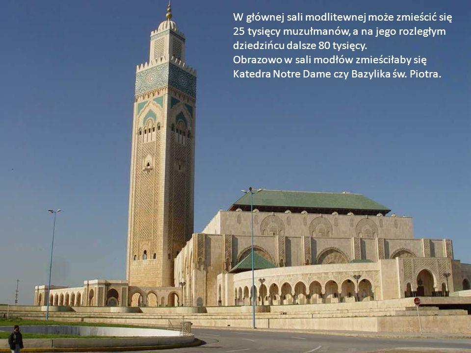 Meczet został wybudowany na sztucznej wyspie, z trzech stron otacza go woda, a przez przeszkloną podłogę wewnątrz świątyni można zobaczyć wody Oceanu