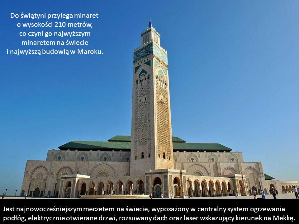 W głównej sali modlitewnej może zmieścić się 25 tysięcy muzułmanów, a na jego rozległym dziedzińcu dalsze 80 tysięcy. Obrazowo w sali modłów zmieściła