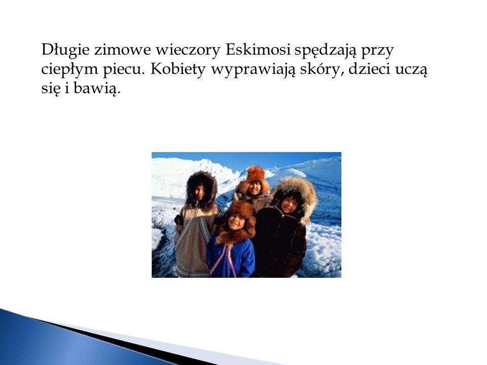 Długie zimowe wieczory Eskimosi spędzają przy ciepłym piecu.