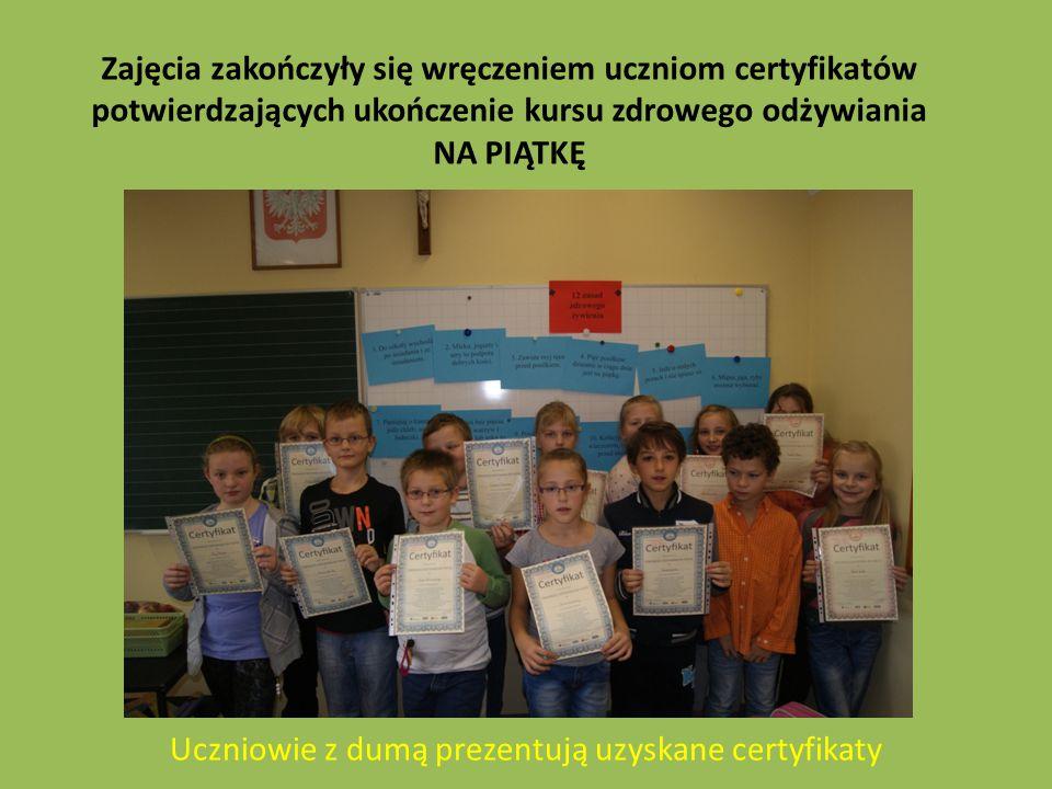 Uczniowie z dumą prezentują uzyskane certyfikaty Zajęcia zakończyły się wręczeniem uczniom certyfikatów potwierdzających ukończenie kursu zdrowego odżywiania NA PIĄTKĘ
