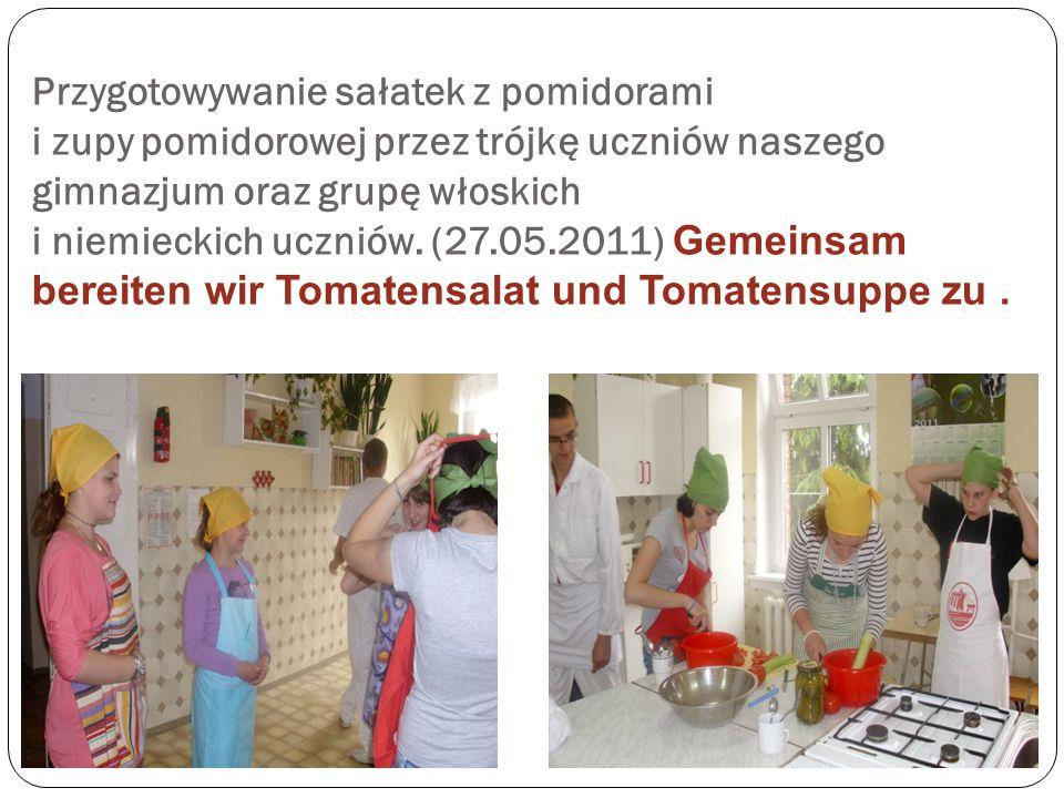 Przygotowywanie sałatek z pomidorami i zupy pomidorowej przez trójkę uczniów naszego gimnazjum oraz grupę włoskich i niemieckich uczniów.