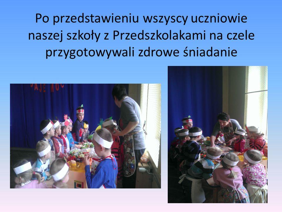 Po przedstawieniu wszyscy uczniowie naszej szkoły z Przedszkolakami na czele przygotowywali zdrowe śniadanie