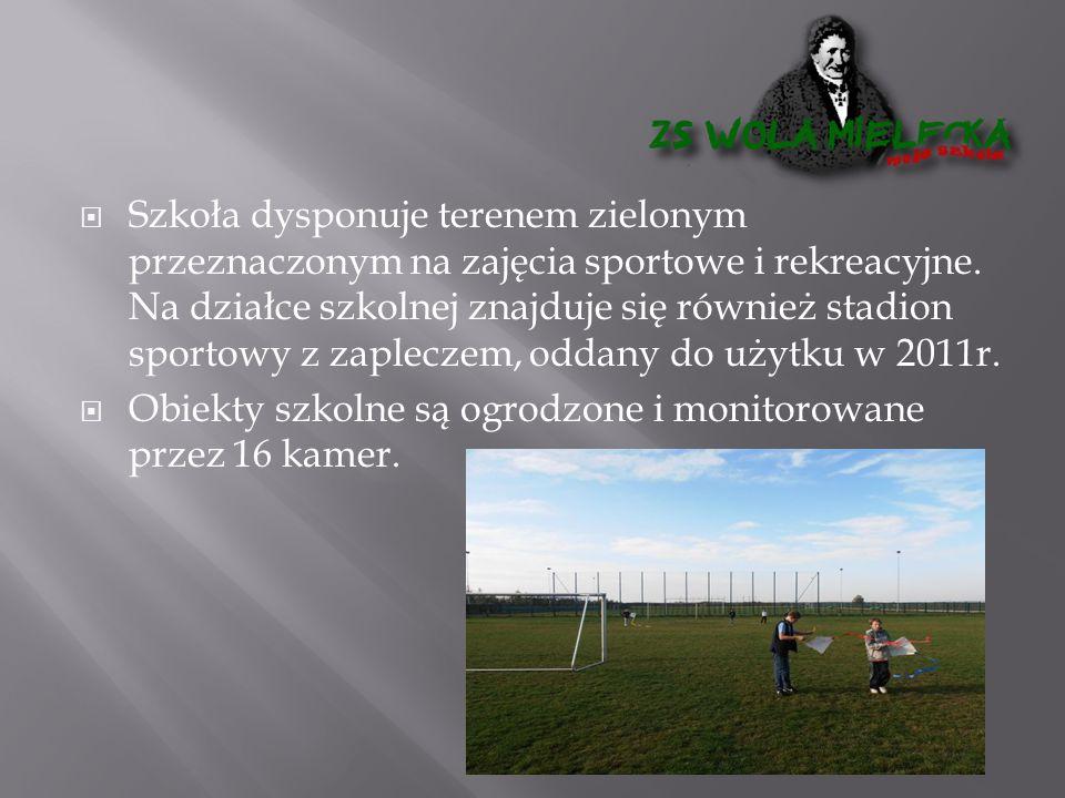  Szkoła dysponuje terenem zielonym przeznaczonym na zajęcia sportowe i rekreacyjne. Na działce szkolnej znajduje się również stadion sportowy z zaple