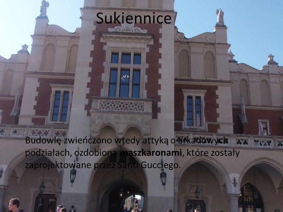Sukiennice Budowlę zwieńczono wtedy attyką o arkadowych podziałach, ozdobioną maszkaronami, które zostały zaprojektowane przez Santi Gucciego.