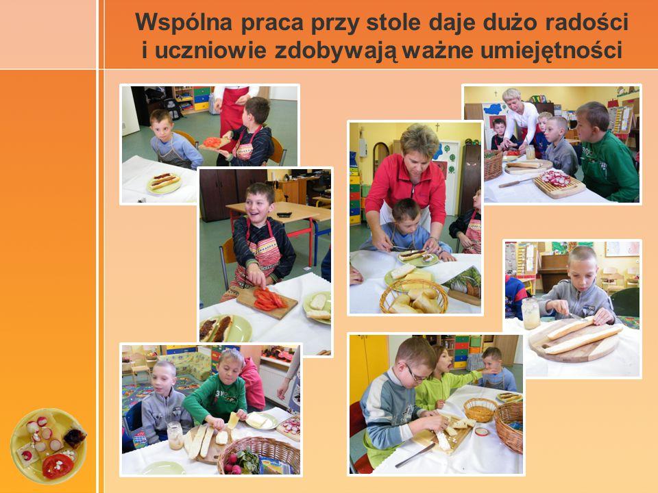 Wspólna praca przy stole daje dużo radości i uczniowie zdobywają ważne umiejętności