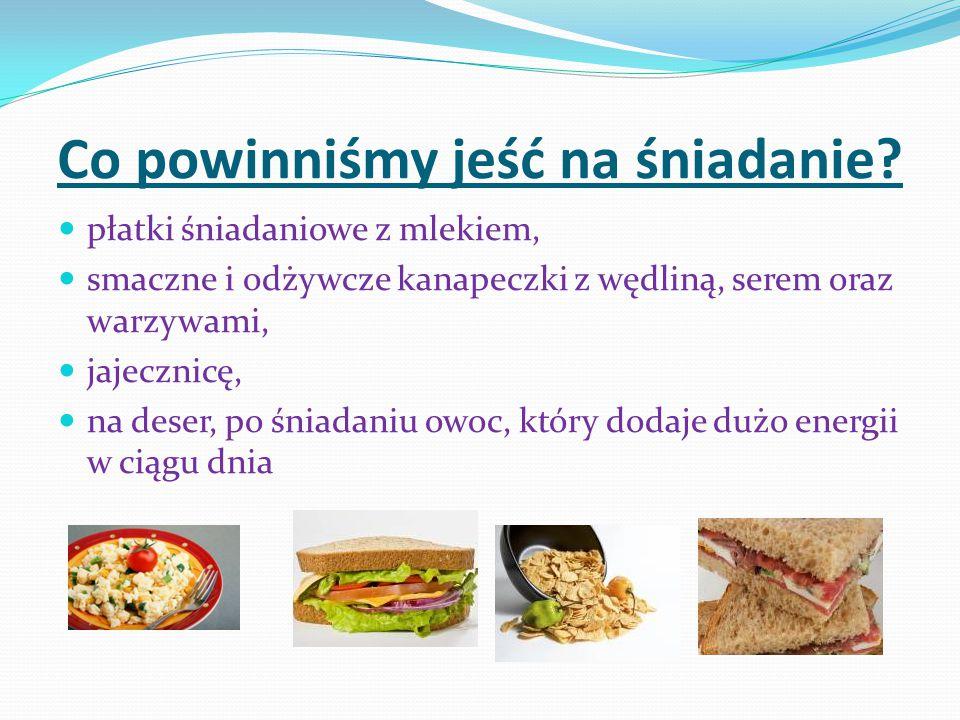 Co powinniśmy jeść na śniadanie? płatki śniadaniowe z mlekiem, smaczne i odżywcze kanapeczki z wędliną, serem oraz warzywami, jajecznicę, na deser, po