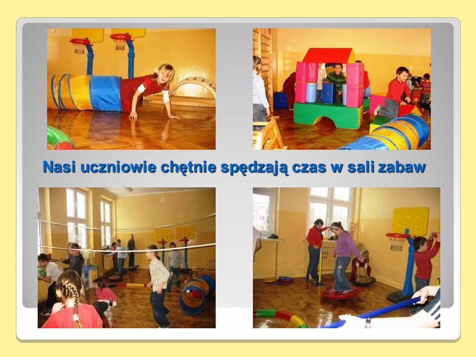 Nasi uczniowie chętnie spędzają czas w sali zabaw